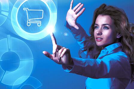Frau die eine Shopping App antippt für gestengesteuertes, interaktives Marketing