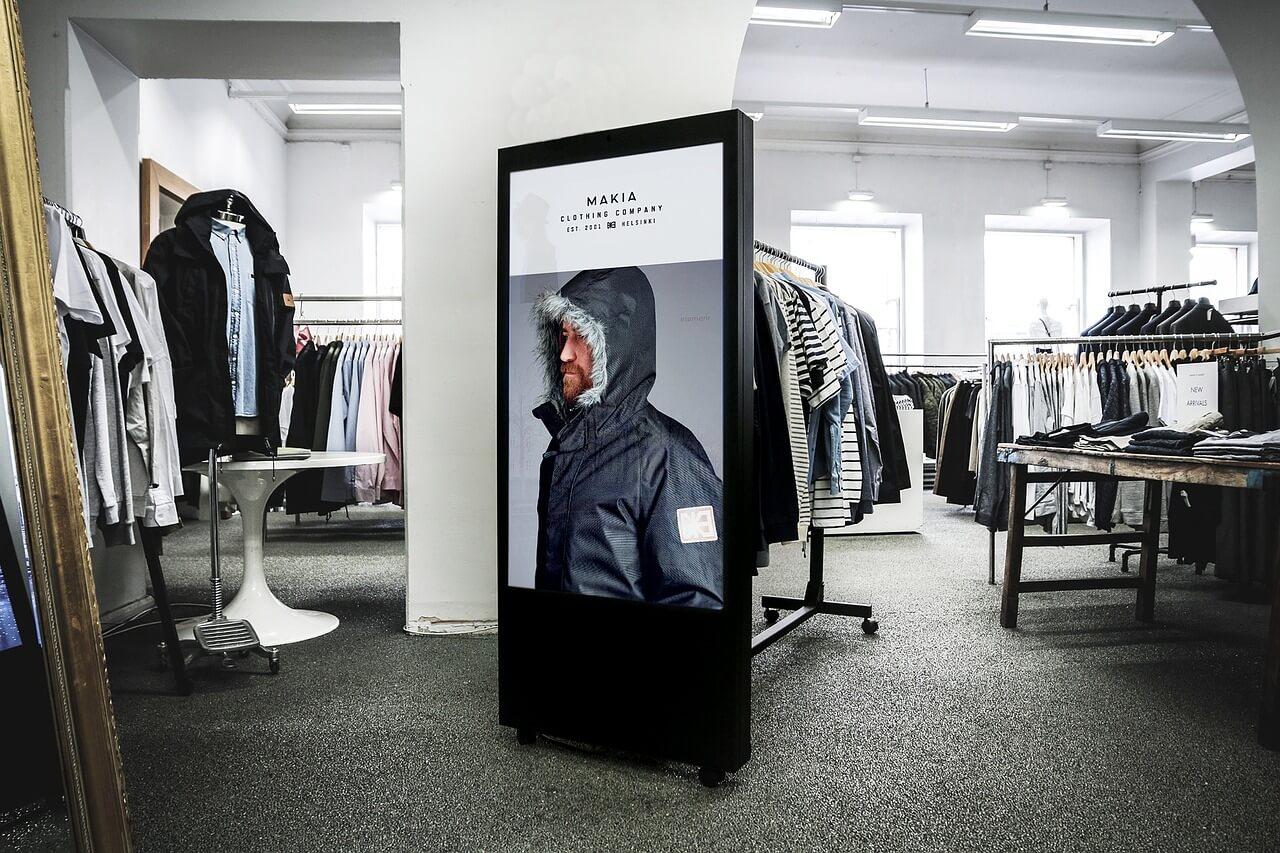 Digital Signage Display in einem Kleidergeschäft.