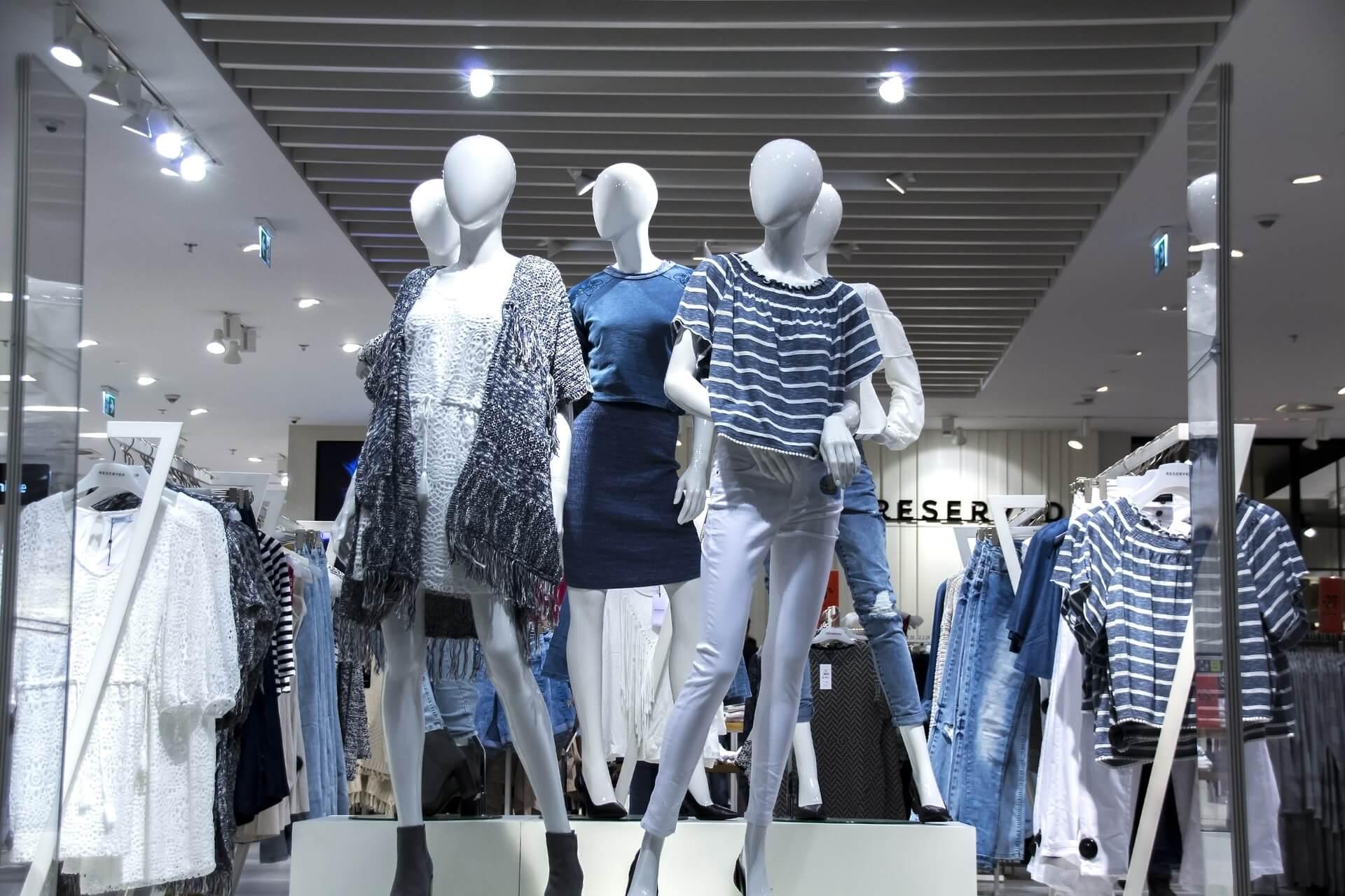 Schaufesnter eines Kleidungsgeschäfts mit Schaufensterpuppen