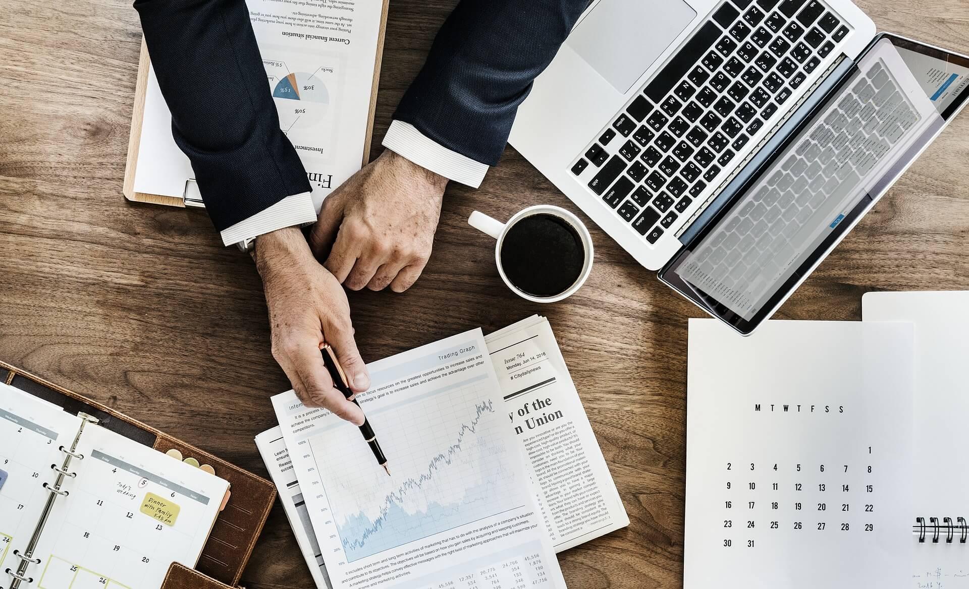 Schreibtisch mit Geschäftsunterlagen
